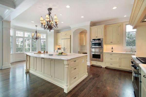 Podłogi postarzane – modna aranżacja drewnianej kuchni