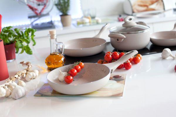 Dekoracyjne patelnie – granitowy design w kuchni