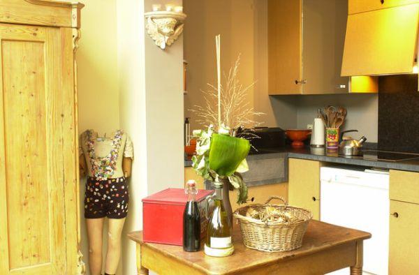 Kuchnia otwarta na salon jak oddzielić wnętrza kolorami?